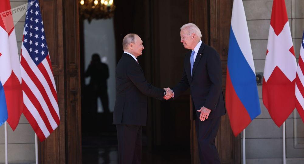 Президент РФ Владимир Путин и президент США Джо Байден (справа) во время встречи в Женеве на вилле Ла Гранж
