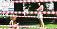 Девушки в Парке Горького в Москве, на территории которого введены ограничения в связи с ухудшением эпидемиологической ситуации.