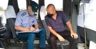 Специалисты центра государственного санитарно-эпидемиологического надзора во время проверки соблюдения санитарных норм на общественном транспорте Бишкека