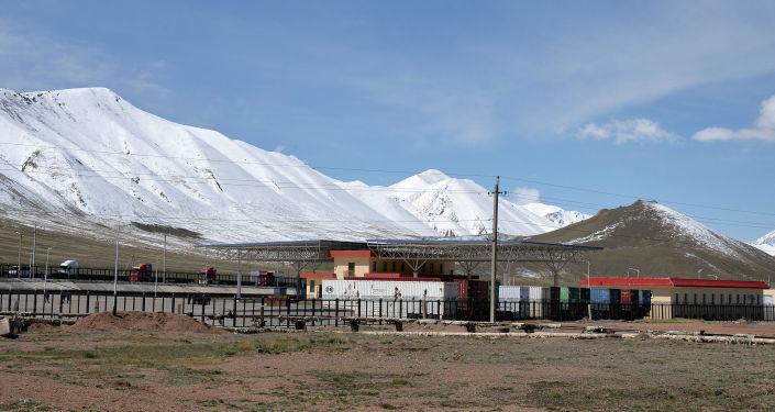 Контрольно-пропускной пункт Торугарт на границе Кыргызстана и Китая в Нарынской области