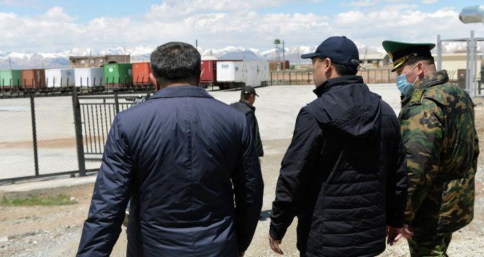 Президент Кыргызстана Садыр Жапаров во время ознакомления с деятельностью контрольно-пропускного пункта Торугарт в рамках рабочей поездки в Нарынскую область