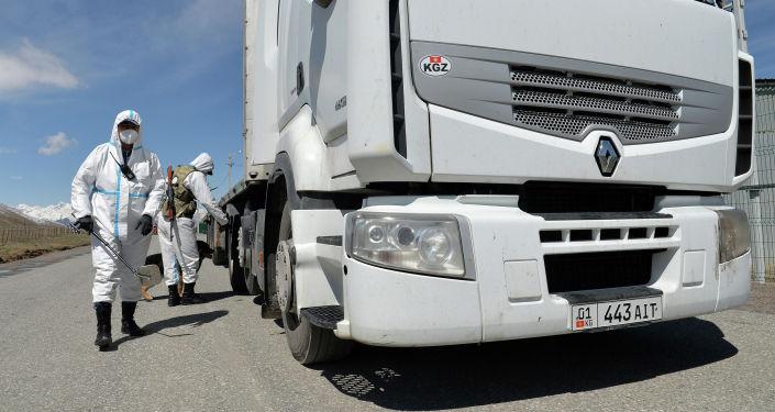 Проверка грузового авто на контрольно-пропускном пункте Торугарт на границе Кыргызстана и Китая в Нарынской области