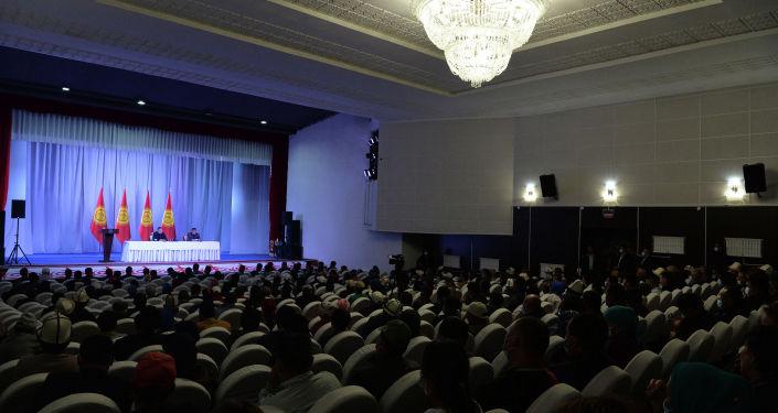 Жители города Нарын на встрече с президентом КР Садыром Жапаровым, находящимся с рабочей поездкой в Нарынской области
