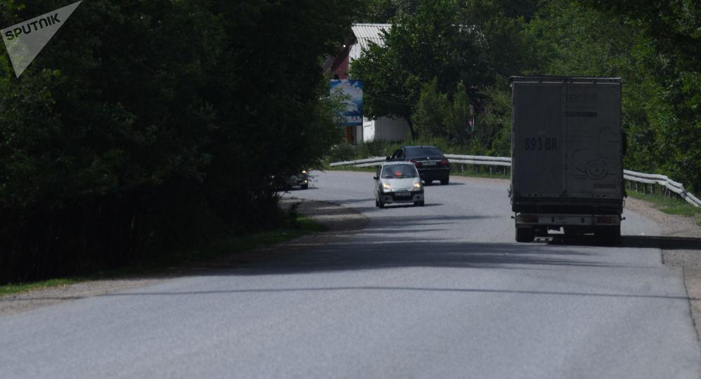 Автомобили едут по трассе Бишкек — Ош. Архивное фото