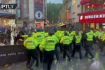 Толпы футбольных фанатов сборных Англии и Шотландии столкнулись в Лондоне, что побудило полицию вмешаться.