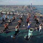 Женщины занимаются йогой на смотровой площадке Edge Observation Deck в Нью-Йорке, США. 17 июня 2021 года