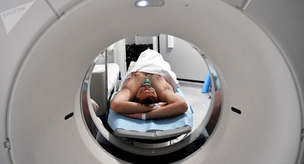 Пациент в кабинете компьютерной томографии. Архивное фото