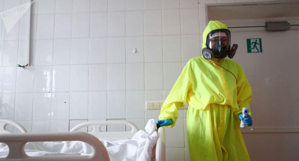 Медицинский работник в клинической больнице. Архивное фото