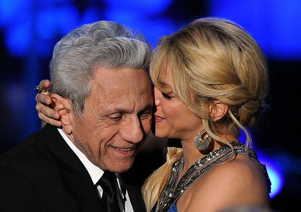 В третье воскресенье июня отмечается Международный день отца.  На фото: певица Шакира обнимает своего отца Уильяма Мебарака во время мероприятия Человек года Латинской академии звукозаписи в 2011 году.