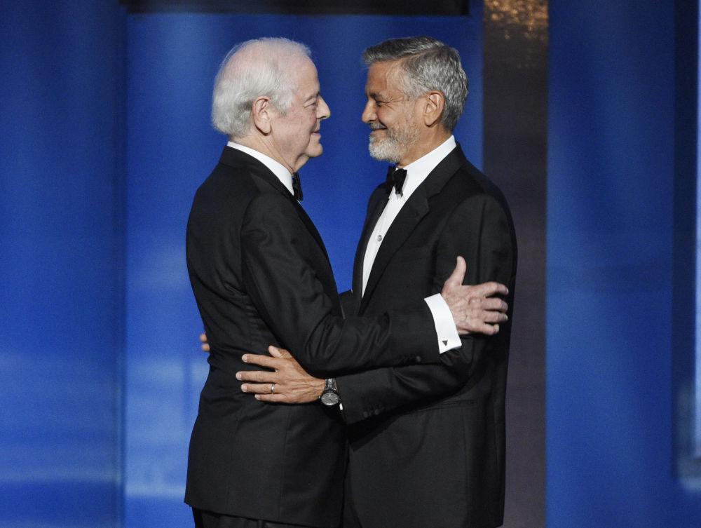 Актер и режиссер Джордж Клуни приветствует своего отца Ника Клуни на церемонии вручения премии в Лос-Анджелесе