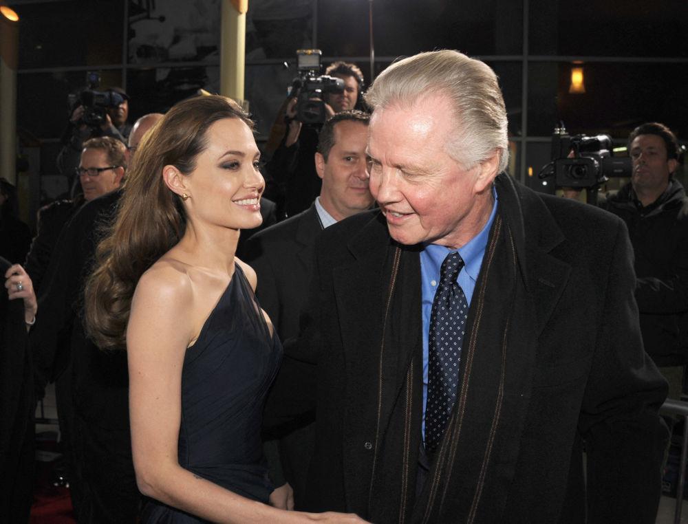 Актриса Анджелина Джоли со своим отцом — актером Джоном Войтом