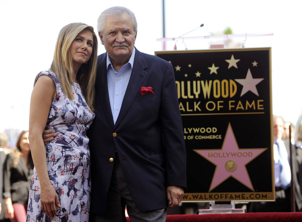 Дженнифер Энистон со своим отцом, актером Джоном Энистоном, на голливудской Аллее славы в Лос-Анджелесе