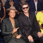 Бруно Марс и его отец Питер Эрнандес на церемонии вручения наград MTV в Бруклинском районе Нью-Йорка.