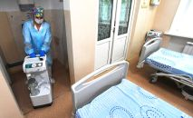 Медицинский работник в палате для пациентов с коронавирусной инфекцией. Архивное фото