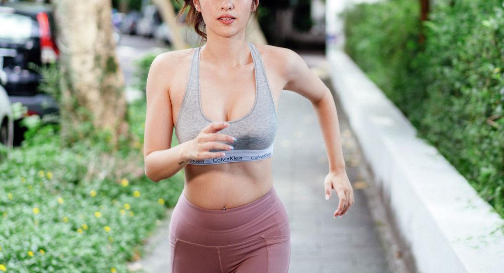 Девушка занимается бегом. Иллюстративное фото