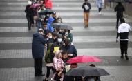 Люди выстраиваются в очередь у центра массовой вакцинации лиц в возрасте 18 лет и старше на стадионе Тоттенхэм Хотспур на фоне пандемии коронавируса (COVID-19) в Лондоне. Архивное фото