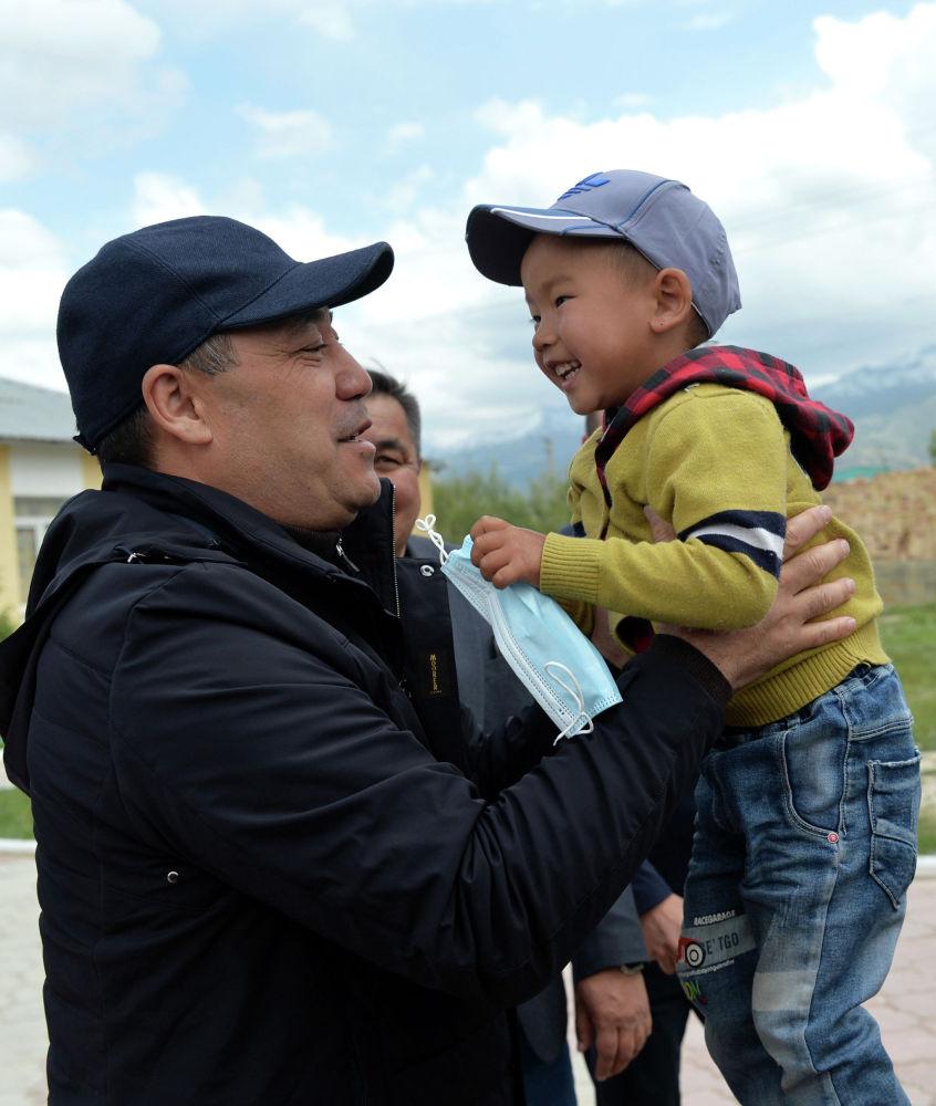 Президент Кыргызстана Садыр Жапаров во время встречи с жителями Ат-Башинского района в рамках рабочей поездки в Нарынскую область