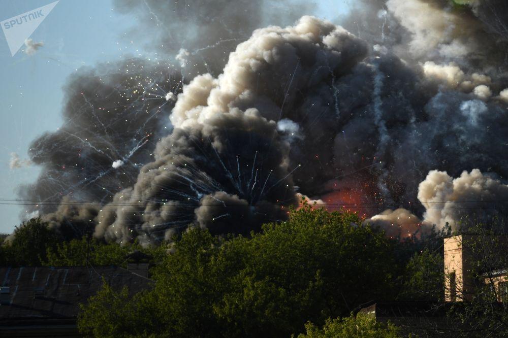 Пожар на Лужнецкой набережной в Москве. По предварительным данным, загорелось хранилище петард, слышны взрывы. На место выехали спасательные службы.