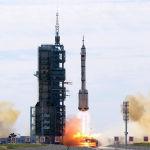 Запуск пилотируемого корабля Шэньчжоу-12 с тремя космонавтами на борту к строящейся орбитальной станции Китая. 17 июня 2021 года
