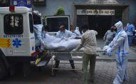 Медицинские работники транспортируют мертвое тело в одной из больниц Дели. Архивное фото