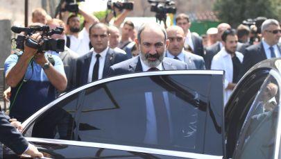 Исполняющий обязанности премьер-министра Никол Пашинян (на первом плане в центре) у одного из избирательных участков во время досрочных парламентских выборов в Армении.