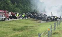 Сотрудники службы экстренной помощи работают на месте происшествия,  где около 18 транспортных средств столкнулись друг с другом на залитом дождем шоссе в Алабаме во время тропического шторма Клодетт, округ Батлер, штат Алабама. США, 19 июня 2021 года