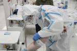 Врач оказывает помощь пациенту в палате больницы. Архивное фото