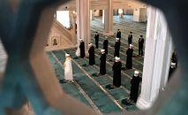 Муфтий во время молитвы в мечети. Архивное фото