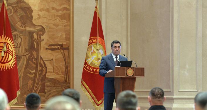 Президент Садыр Жапаров сегодня вручил государственные награды ряду военнослужащих за мужество и отвагу, проявленные при исполнении воинского и служебного долга. 21 июня 2021 года