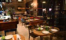 Пустые столики в ресторане. Архивное фото