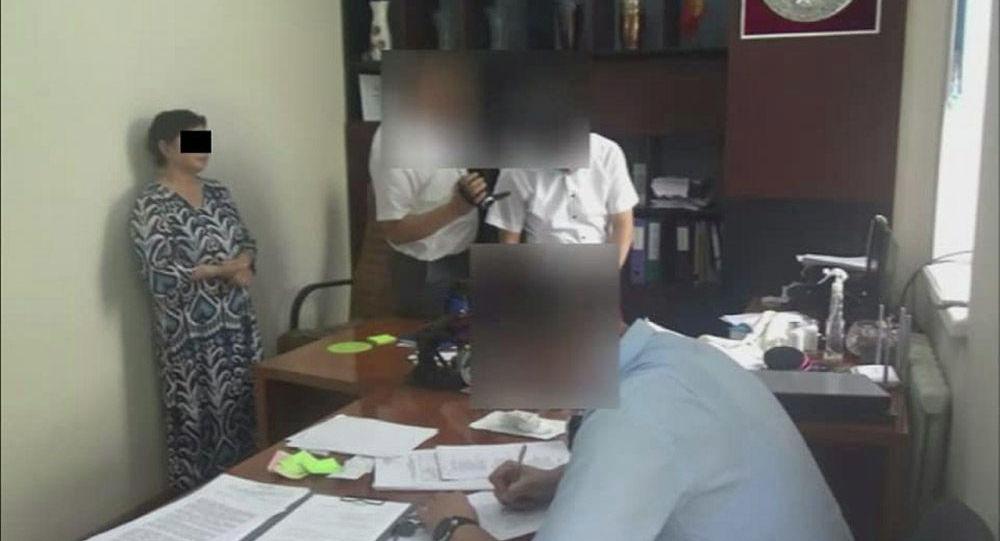 Задержание со взяткой сотрудницы Ошского филиала Кыргызского национального университета имени Жусупа Баласагына