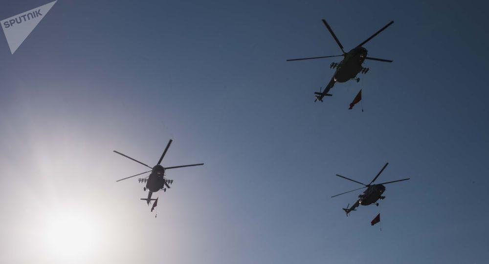 Вертолеты в небе. Архивное фото