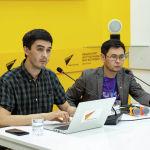 Корреспонденты Sputnik Кыргызстан Алимджан Валиев и Шабдан Абылгазы уулу на брифинге в пресс-центре Sputnik Кыргызстан
