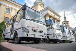 Автобусы марки ISUZU, узбекского производства возле здания мэрии в Бишкеке