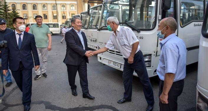 50 новых автобусов марки ISUZU, узбекского производства возле здания мэрии в Бишкеке