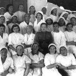 №4178 госпиталынын кызматкерлери. Алардын чок ортосунда госпиталдын жетекчиси (аскер кийимчен) Э.Я.Лукоянова. Фрунзе шаары, 1943-жыл.  1941-жылы октябрдан баштап Россия менен Украинадан 22 госпиталь Кыргызстанга эвакуацияланып иштей баштаган. Төрт жылдын ичинде бул аскердик ооруканаларда 39 миң 902 жарадар менен оорукчан офицер жана аскер дарыланган.