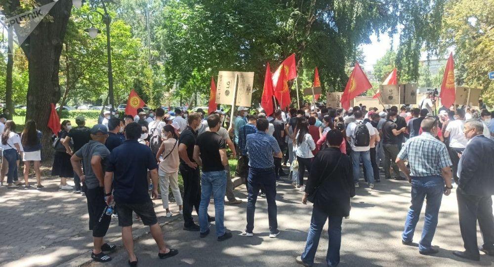 Митинг сторонников Бабанова у здания ГКНБ