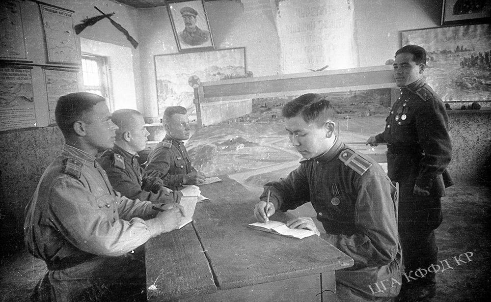 Жөө аскер училищесинде кан майдандан кайткан курсанттар Рузи Азимов (оң жакта) жана Акбар Толкомбаев сабак учурунда. Фрунзе шаары, 1945-жыл.  1944-жылы июнда 19 жашар кыргызстандык аскер Азимов Беларусту фашисттик баскынчылардан бошотууда өзгөчө каармандык көрсөткөнү үчүн Советтер Союзунун Баатыры наамы менен сыйланган. Ошол эле жылы 3-июлда Минск шаары бошотулган. Ал эми 29-августта Беларусь толугу менен гитлерчилерден бошотулган. 1996-жылдан баштап 3-июль Беларуста эгемендүлүк күнү катары расмий майрамдалат.