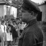 Пионерлердин кан майдандан келген жоокер менен жолугушуусу. Фрунзе шаары, 1942-жыл.   Фашисттик Германия Кыргызстанга Кытайдын Синьцзянь аймагы менен Афганистан аркылуу тыңчыларын жиберип, тымызын басмачылык кыймылды жандандырууга умтулган. Тарых илимдеринин кандидаты Леонид Сумароковдун маалыматы боюнча, 1942-жылы Пржевальск менен Таш-Рабат чек ара комендатурасынын жоокерлери алтыдан ашык немис чалгынчыларын кармаган.