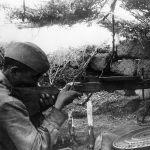 Ростов шаарынын батыш жагын коргоодо жоокер У.Омаров буктурмадан пулемет менен душманды аткылап жаткан учуру. 1941-жыл.