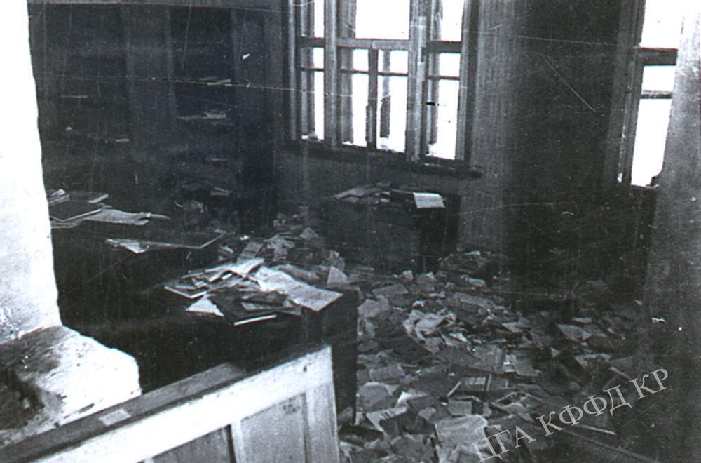 Гитлерчилер талкалаган имараттын ичи. 1942-жыл.   СССРдин фашисттик Германия жана анын өнөктөштөрү басып алган аймактарында 73 миллион калкы калган. Анын ичинен, тарыхый маалыматтар боюнча, 13 миллион 684 миң 692 советтик жаран баскынчылар тарабынан өлтүрүлгөн. Нюрнберг процессинин документтеринде көрсөтүлгөндөй, гитлерчилер фашисттик Германияга Советтер Союзунун беш миллионго жакын атуулун кулдукка алып кетишкен. Мындан сырткары, СССР бул согушта 357 миллиард АКШ доллар өлчөмүндө материалдык зыян тарткан.