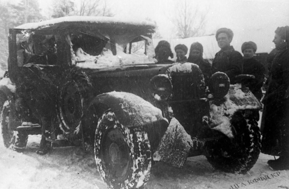 Панфиловчулар душмандан олжологон жеңил автоунаанын жанында сүрөткө түшүүдө. 1941-жыл.   Генерал-майор Иван Панфилов атындагы 8-гвардиялык аткычтар дивизиясы Москваны коргогон учурда фашисттик Германиянын төрт дивизиясын талкалаган. Панфиловчулар 9 миң гитлерчилер менен кошо алардын сексен танкын жок кылышкан.