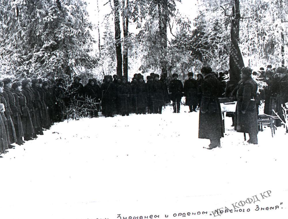 8-гвардиялык аткычтар дивизиясын командачылык Аскердик Кызыл Туу ордени менен сыйлап жаткан учур. 1941-жыл, 18-ноябрь.  1941-жылы июнь-август айларында Кыргызстан менен Казакстанда генерал-майор Иван Панфиловдун жетекчилигинин астында 316-аткычтар дивизиясы түптөлгөн. 15-октябрдан баштап бул дивизия Москваны гитлерчилерден коргойт. Ушул салгылашта панфиловчулар өзгөчө эрдиги менен айырмаланышат. 17-ноябрда аскердик бирикмени командачылык Аскердик Кызыл Туу ордени сыйлайт. 18-ноябрда жогоруда айтылган кошуунга 8-гвардиялык аткычтар дивизиясы деген ардактуу наам берилет. Ошол эле күнү Иван Панфилов курман болот. 23-ноябрда анын ысымы дивизияга ыйгарылат.
