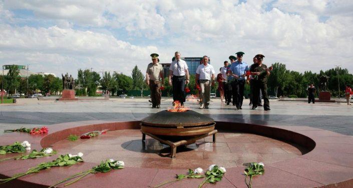 Сегодня на площади Победы в Бишкеке состоялось возложение цветов к Вечному огню