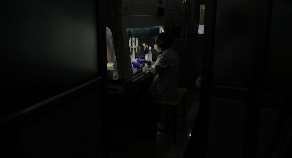 Сотрудник в лаборатории тестирования COVID-19 в медицинском центре