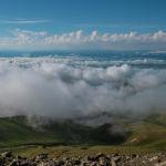 Вид на верблюжий перевал Тоо-Ашуу окутанный облаками
