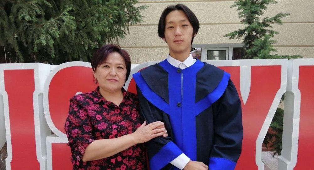 Выпускник лицея Сапат в Караколе Жайдар Нургазиев вместе с мамой