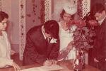 Рустам Раджапов жубайы Татьяна менен Душанбе шаарындагы Бакыт үйүндө экөө баш кошкону жөнүндө күбөлүккө кол коюп жаткан учур
