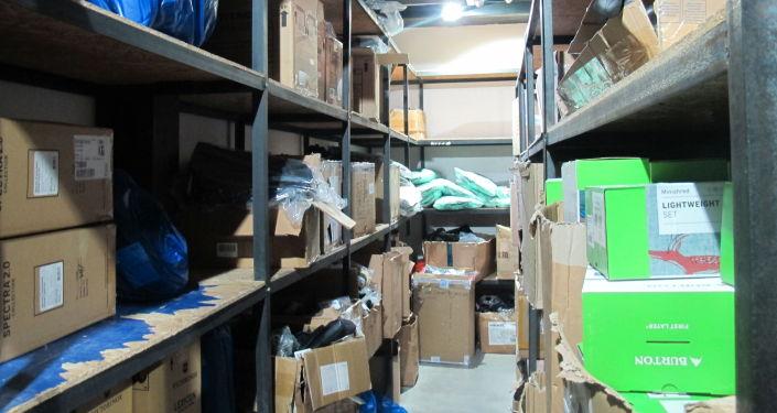 Коробки незаконно ввезенного и реализующегося спортивного товара в Бишкеке. 23 июня 2021 года