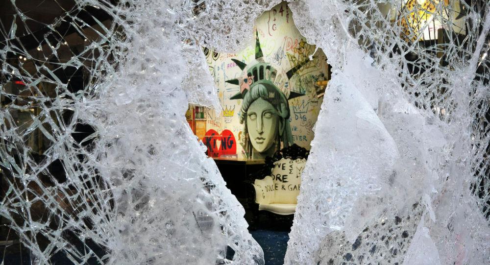 Картина Статуи Свободы видна через разбитую витрину магазина в Нью-Йорке. Архивное фото
